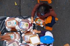 QUITO, ECUADOR - 7. JULI 2015: Über Ansicht wenigen Straßenspeichers, der Andenken von Papst Francisco verkauft Bilder für Lizenzfreie Stockbilder