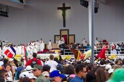 QUITO, ECUADOR - 7. JULI 2015: Alles bereit und zu Papst Francisco wartend, eine große Masse zu feiern Lizenzfreie Stockbilder