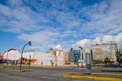 QUITO ECUADOR - JULI 7, 2015: Berömd och viktig grannskap i Quito, solig dag med trevliga moln Royaltyfria Bilder
