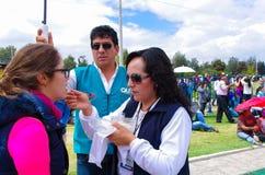QUITO, ECUADOR - JULI 7, 2015: Bij de massa van pausfrancisco in Ecuador, neemt iedereen de kerkgemeenschap, vrijwilligers het he Royalty-vrije Stock Afbeeldingen