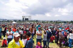 QUITO, ECUADOR - JULI 7, 2015: Bij de massa van pausfrancisco op Ecuador, mensen die hem waitting om bij massa aanwezig te zijn,  Royalty-vrije Stock Foto