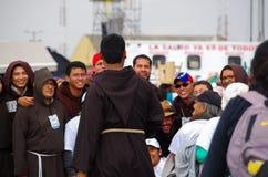 QUITO, ECUADOR - JULI 7, 2015: In de gebeurtenis van de pausmassa, priestersgroep met mensen die een aardige foto proberen te kri Royalty-vrije Stock Afbeeldingen