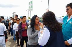 QUITO, ECUADOR - JULI 7, 2015: De mensen maken een lijn om de kerkgemeenschap op de massa van pausfrancisco op Ecuador te ontvang Royalty-vrije Stock Foto