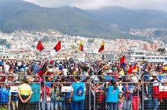 QUITO, ECUADOR - JULI 7, 2015: De vlaggen van Ecuador en van het Quito rond reusachtige gebeurtenis van de massa van pausfrancisc Royalty-vrije Stock Foto's