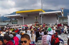 QUITO, ECUADOR - 7. JULI 2015: Der Standort, in dem Papst Francisco die Masse feierte, ein großes Kreuz in der Mitte Stockfotos