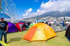 QUITO, ECUADOR - JULI 7, 2015: Diverse tenten op het gras, mensen van diverse steden kwamen verscheidene dagen voordien aan aan Royalty-vrije Stock Foto's