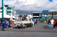 QUITO, ECUADOR - JULI 7, 2015: Een gasvrachtwagen die dichtbij de massagebeurtenis van pausfrancisco binnengaan in Ecuador, duize Stock Afbeeldingen