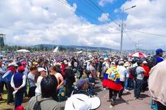 QUITO, ECUADOR - JULI 7, 2015: Een reusachtig plaatshoogtepunt van mensen, de massa van pausfrancisco in Ecuador Colorfullkleren  Royalty-vrije Stock Afbeeldingen