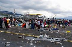 QUITO, ECUADOR - 7. JULI 2015: Enormer Platz, in dem Massenveranstaltung Papstes Francisco war, Leute noch im Regen Abfall auf Stockbilder