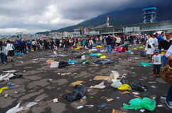 QUITO, ECUADOR - 7. JULI 2015: Ereignis Papstes Francisco in Quito, nach dem Massenleutehinausgehen Abfall auf dem Boden Lizenzfreie Stockfotografie