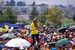 QUITO, ECUADOR - 7. JULI 2015: Gerade für ein Foto satnding eine Frau oben auf Mannschultern, Handykamera auf ihr Stockfotografie