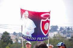 QUITO, ECUADOR - JULI 7, 2015: Grappige affiche van paus Francisco en de vlag van San Lorenzo van voetbalclub De paus is een reus Royalty-vrije Stock Foto