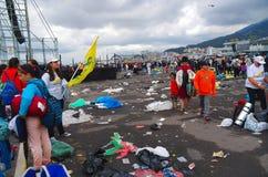 QUITO, ECUADOR - 7. JULI 2015: Großes Ereignis in Quito, Masse Papstes Francisco Viele Abfall auf dem Boden Stockfotos