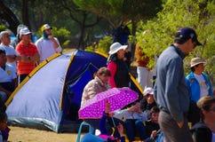 QUITO, ECUADOR - JULI 7, 2015: Mensen die en op het gras, de massa van pausfrancisco in Ecuador zitten horen Tent in de rug Stock Afbeelding