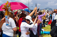 QUITO, ECUADOR - JULI 7, 2015: Mensen die haar handen opheffen om de zegen van pausfrancisco in zijn massa te ontvangen, het beha Royalty-vrije Stock Foto