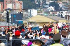 QUITO, ECUADOR - JULI 7, 2015: Mensen die hello aan paus Francisco op Ecuador, reusachtige massa proberen te zeggen Royalty-vrije Stock Afbeelding