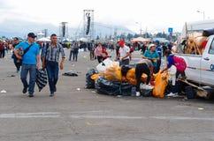 QUITO, ECUADOR - 7. JULI 2015: Nach Masse Papstes Francisco Leute, die den Abfall aufheben und in den Taschen colecting Lizenzfreies Stockfoto