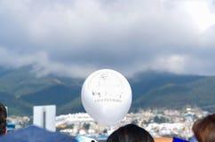 QUITO, ECUADOR - 7. JULI 2015: Netter und herrlicher weißer Ballon mit dem Gesicht von Papst Francisco, Masse in Ecuador Stockbilder