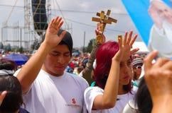QUITO, ECUADOR - 7. JULI 2015: Nicht identifizierte Leute, die, ihre Hände und Abschluss anhebend die Augen, um Segen zu empfange Stockfoto