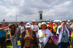 QUITO, ECUADOR - JULI 7, 2015: Niet geïdentificeerde mensen die in de gebeurtenis van de pausmassa, personen met hoed onder de zo Royalty-vrije Stock Foto's