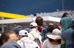QUITO ECUADOR - JULI 7, 2015: Oidentifierad kvinna som försöker att ta ett bra foto till påven Francisco, stor händelsemass Royaltyfria Bilder