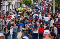 QUITO, ECUADOR - JULI 7, 2015: Overvolle weg met veel mensen lopen, politie die en op mensen letten bewaken Royalty-vrije Stock Fotografie