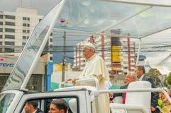 QUITO ECUADOR - JULI 7, 2015: Påven Francisco som säger hälsningar till ecuadorianskt folk på Quitogatan, står upp i hans fotografering för bildbyråer