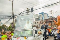 QUITO, ECUADOR - 7. JULI 2015: Papst Francisco, der Quito-Stadt in seinem Popemobile, Sicherheit auf den Seiten kreuzt Stockbild