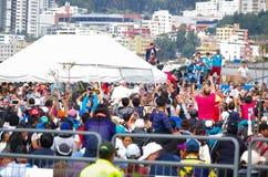 QUITO, ECUADOR - JULI 7, 2015: Paus Francisco die een kleine route maken rond de massa van Ecuador, mensen die hem proberen te ne Royalty-vrije Stock Foto's