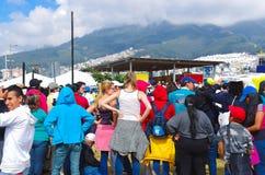 QUITO, ECUADOR - JULI 7, 2015: Paus Francisco die in mobilepope al gebeurtenis in Ecuador, massa in Quito kruisen Mensen Stock Afbeelding