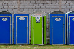 QUITO, ECUADOR - 7. JULI 2015: Tragbare toiletes Eco in der blauen und grünen Farbe, allgemeine Ereignisse braucht Stockbild