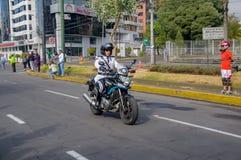 QUITO, ECUADOR - JULI 7, 2015: Verkeerspolitie met het witte eenvormige rollen in de stad, wacht van de paus Royalty-vrije Stock Foto
