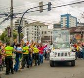 QUITO, ECUADOR - JULI 7, 2015: Zeer emocional en aardig ogenblik van paus Ecuador die aan Ecuador aankomen, popemobile in wit Royalty-vrije Stock Foto's