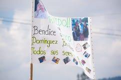 QUITO, ECUADOR - 7 LUGLIO 2015: Grande manifesto che chiede le benedizioni di papa Francisco una famiglia ecuadoriana Fotografie Stock Libere da Diritti