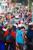 QUITO, ECUADOR - 7 LUGLIO 2015: La gente che celebra e che arriva alla massa di papa Francisco, visita del Sudamerica Fotografie Stock Libere da Diritti