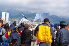 QUITO, ECUADOR - 7 LUGLIO 2015: La gente che waitting insieme per vedere papa Francisco, tenente manifesto sulle loro mani, tutte Immagini Stock