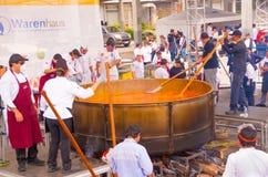 Quito, Ecuador - 5. März 2017: Locro-Fest, ein Ereignis, in dem die größte locro Suppe, die 12 760 Pfund wiegt, zugebereitet wird Stockbilder