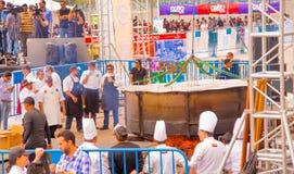 Quito, Ecuador - 5. März 2017: Locro-Fest, ein Ereignis, in dem die größte locro Suppe, die 12 760 Pfund wiegt, zugebereitet wird Lizenzfreie Stockbilder