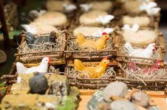 QUITO, ECUADOR 7 MAGGIO 2017: Figura animale della bella piccola gallina sopra un nido fatto di argilla Fotografie Stock