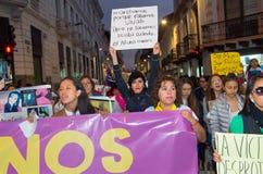 QUITO, ECUADOR 6 MAGGIO 2017: Il gruppo non identificato di donne che iscenano le insegne firma durante la protesta contro il fem Fotografia Stock Libera da Diritti