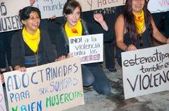 QUITO, ECUADOR 6 MAGGIO 2017: Il gruppo non identificato di donne che iscenano le insegne firma durante la protesta contro il fem Immagine Stock