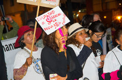 QUITO, ECUADOR 6 MAGGIO 2017: Il gruppo non identificato di donne che iscenano le insegne firma durante la protesta contro il fem Fotografie Stock Libere da Diritti