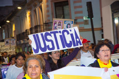 QUITO, ECUADOR 6 MAGGIO 2017: Il gruppo non identificato di donne che iscenano le insegne firma durante la protesta contro il fem Immagini Stock