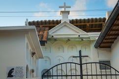 QUITO, ECUADOR 23. MAI 2017: Kommen Sie vom Kirchhof San Antonio de Pichincha herein Lizenzfreie Stockbilder