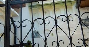 QUITO, ECUADOR 23. MAI 2017: Kommen Sie vom Kirchhof San Antonio de Pichincha, mit einem schwarzen metallischen Schutz in Form he Lizenzfreies Stockfoto