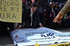 QUITO, ECUADOR - 7. MAI 2017: Nicht identifizierten Leute protestieren, um annehmbare Arbeit mit Bezeichnung und nicht Vertrag zu Stockbilder
