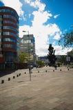 QUITO ECUADOR - MAJ 06 2016: Boulevar i mainstreet i NNUU-aveny med några byggnader, bilar och personer i staden av Royaltyfri Fotografi
