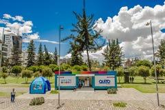 QUITO ECUADOR - MAJ 06 2016: Boulevar i mainstreet i NNUU-aveny med några byggnader, bilar och personer i staden av Arkivfoton