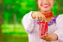 Quito Ecuador - Maj 06, 2017: Härlig le infödd kvinna som dricker en cola i en skogbakgrund Arkivbild