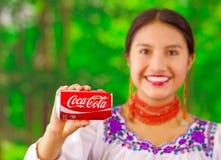 Quito Ecuador - Maj 06, 2017: Le att bära för ung kvinna infödd kläder och att peka in från av henne Fotografering för Bildbyråer